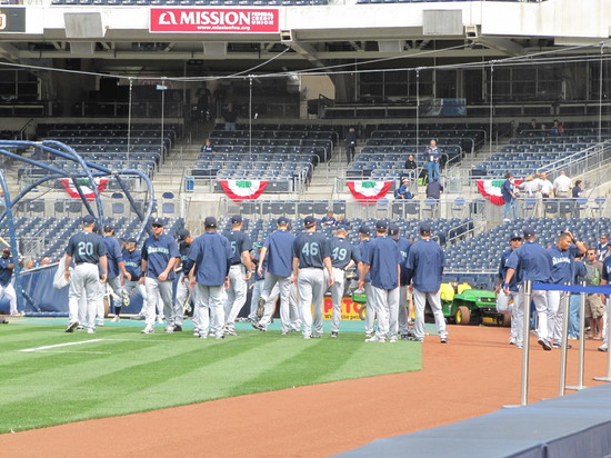 4 - mariners stretching in SD.JPG