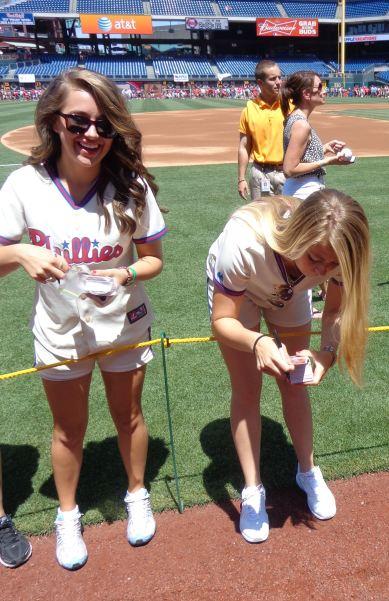 2b-ballgirl-autographs-weird-stance